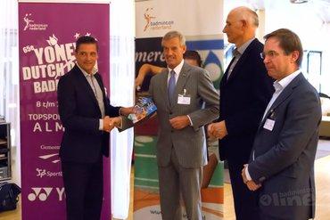 Wethouders Peeters en Scholten ontvangen eerste programmaboekje bij officiële opening Yonex Dutch Open
