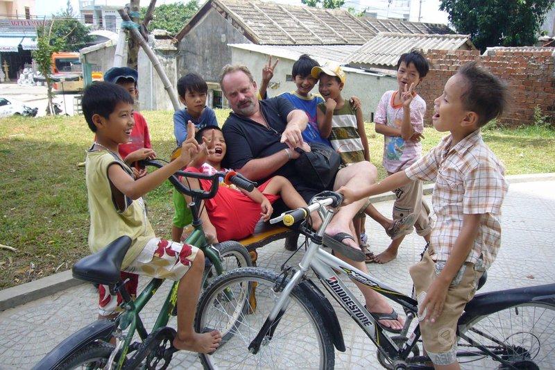 Kinderen uit de buurt komen kijken naar de clown die kan badmintonnen - Ron Daniëls