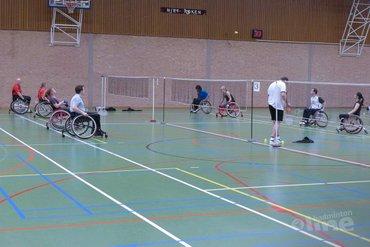 Enkelen en mixen tijdens het aangepast badminton toernooi in Delft
