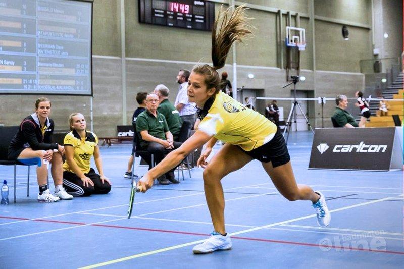 Xandra Stelling maatje te groot voor Manon Sibbald tijdens Almere-Amersfoort match - Alex van Zaanen / badmintonline.nl
