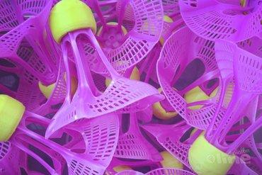 Hoe ziet een outdoor badmintonshuttle eruit?
