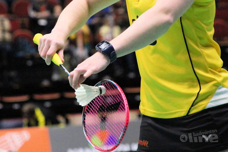 Wat zijn de spelregels voor de service bij badminton?