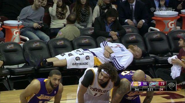 【經典回顧, 改圖】那些年湖人板凳的冷清 只有躺臥的Chris Kaman