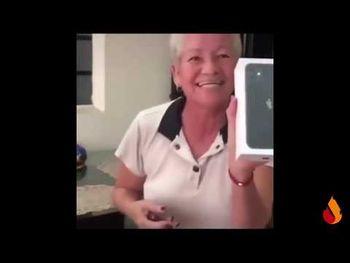 la-nonna-e-il-suo-nuovo-iphone