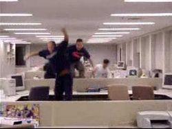 sport-da-ufficio-salto-ad-ostacoli