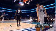 搞笑!Nikola Jokic 在籃下取得球權,然後跟 LeBron James 開了一個玩笑