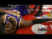 LeBron James重摔倒地吐舌不起 嚇得整支湖人軍隊跑過來