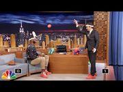 LeBron James 與 Jimmy Fallon 大玩 「Faceketball」,互相在對方面前投籃...