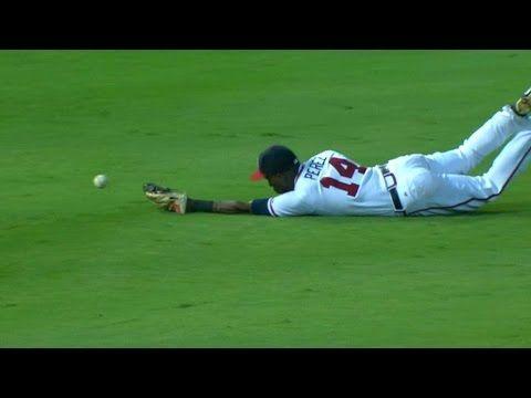 [MLB] (糗)外野手以為自己接到了球,舉手慶祝時才發覺……球咧?