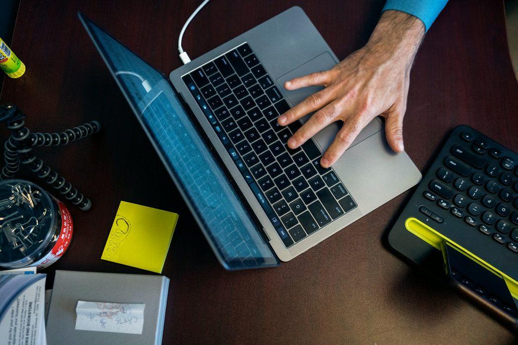 孟宝勒用Mac和苹果手机,他说,这是因为苹果的系统比安卓安全。