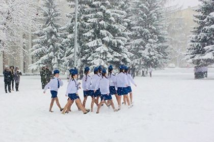 На Урале девушки маршировали по снегу в юбках и балетках