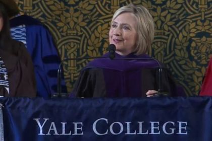 Хиллари Клинтон надела шапку-ушанку