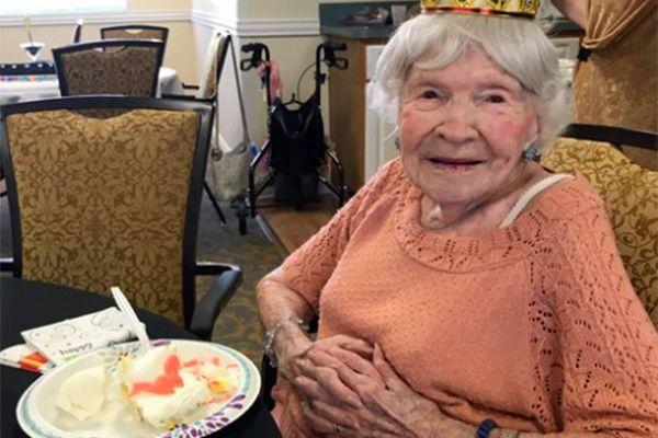 105-летняя американка назвала секретом долголетия вечеринки и алкоголь