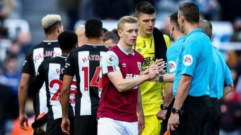 英超初步禁止兩支球隊和球證賽前握手...