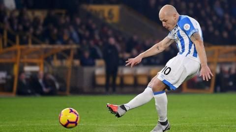 Wolverhampton Wanderers 0-2 Huddersfield Town: Mooy double lifts Terriers off the bottomの代表サムネイル