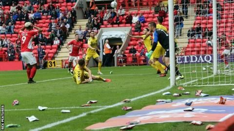 Crisps stop play at Charlton-Fleetwood as fans protest Roland Duchatelet ownershipの代表サムネイル