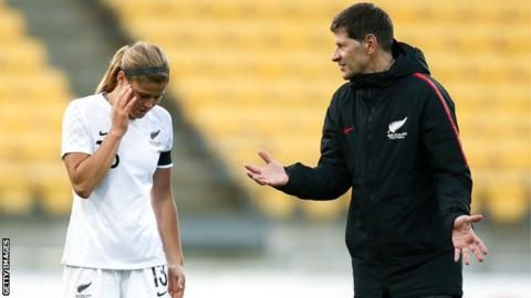 NZ women's head coach resigns after 13 of squad refuse to playの代表サムネイル