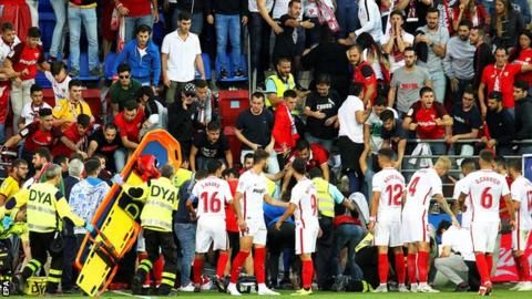 Stand collapses: Fans hurt during Eibar-Sevilla La Liga gameの代表サムネイル