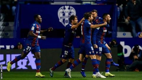 Copa del Rey: Barcelona fall to shock 2-1 defeat at Levante in last-16 first legの代表サムネイル