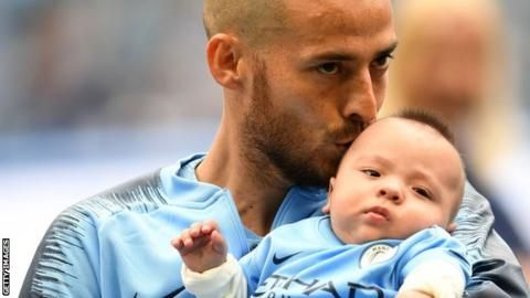 'Can't cope!' Silva's baby steals show as Man City mascotの代表サムネイル