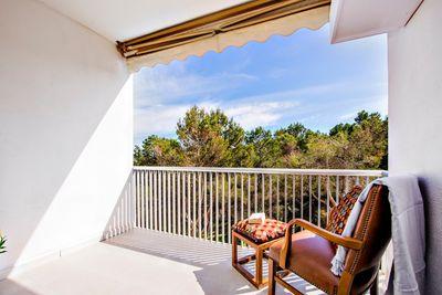 Dieses komplett renovierte Apartment in Sol de Mallorca ist ruhig gelegen und verfugt vom Balkon uber seitlichen Meerblick bis auf die Bucht von Palma