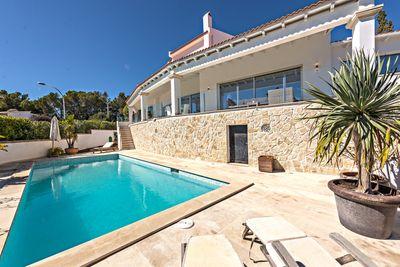 Diese moderne und komplett renovierte Villa befindet sich in begehrter Wohnlage in Costa d´en Blanes  nahe beim Luxus Yachthafen Puerto Portals  dem Dorf