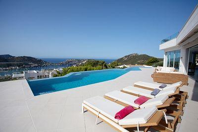 Diese aussergewohnliche Design-Villa befindet sich in einer der attraktivsten Gegenden von Puerto de Andratx  in Mon Port
