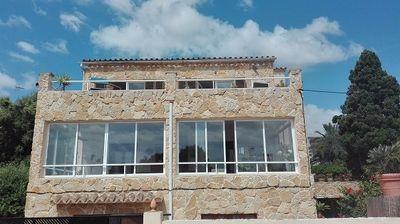 Die architektonisch ansprechende Villa liegt zwei Gehminuten vom Fischerhafen Porto Colom in allerbester Lage direkt in dritter Messlinie und bietet einen