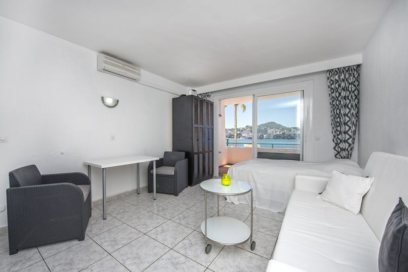 This studio apartment is located in the popular community Verdemar in Santa Ponsa, right at the seaside