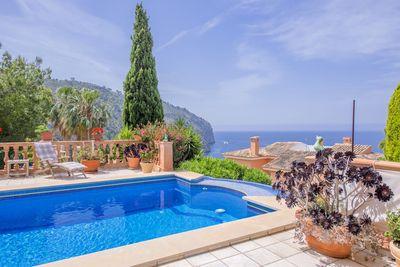 In einzigartiger Lage von Camp de Mar liegt diese hochwertig erbaute Villa mit separatem Gasteapartment
