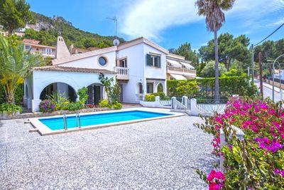 Diese mallorquinische Villa befindet sich auf einer Erhohung oberhalb von Puerto de Andratx