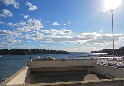 Porto Petro ist ein ruhiges und hubsches Fischerdorf  das ein Teil der Gemeinde von Santanyi ist  das etwa 50 km oder 33 Meilen ostlich der Hauptstadt Palma