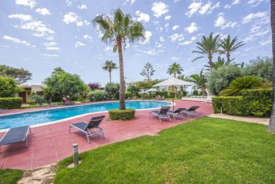 Hier handelt es sich um ein schones und gepflegtes Apartment mit 3 Schlafzimmern und 3 Badern  in 2  Meereilinie in Nova Santa Ponsa