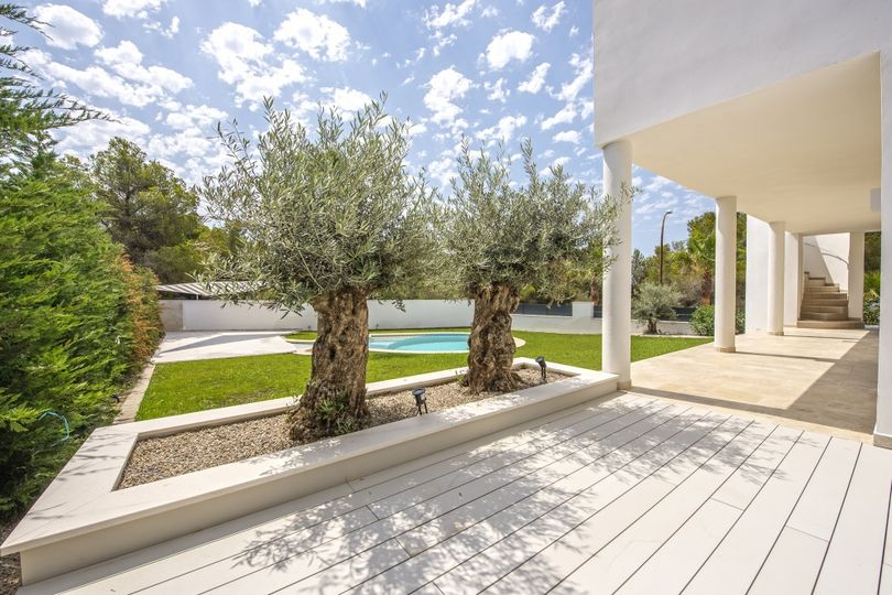 This property in Santa Ponsa was completely renovated in 2016. The house has a big open living-dining room with open kitchen