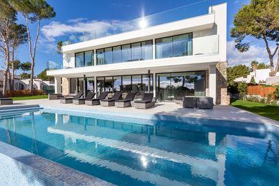 Diese atemberaubend schone neue Luxusvilla in Sol de Mallorca uberzeugt durch ihren fantastischen Meerblick und ihr einzigartiges Design  das ein Wohgefuhl auf