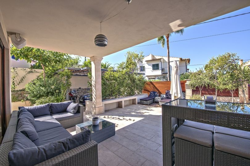 This 2-storey house was built in a modern style and is located in a beautiful and quiet spot in Calvià, surrounded by a hilly landscape and offering panoramic