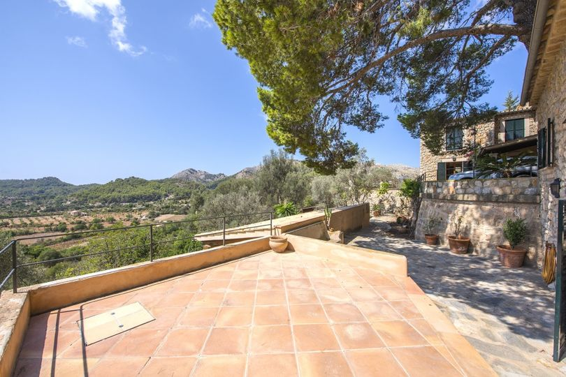 Perfectly renovated country house set amongst almond, fig and olive trees in the outskirts of one of the most picturesque towns in the south west of Mallorca