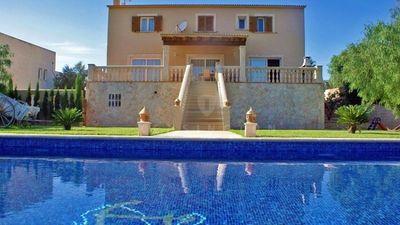Die Villa liegt in einer ruhigen Umgebung unweit vom schonen Sandstrand Cala Marcal  diesen erreicht man fuslaufig in ca  15 Minuten