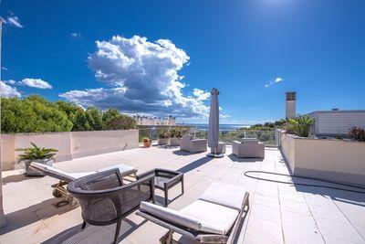 Dieses qualitativ hochwertige Luxus Penthouse befindet sich in einer ruhigen Wohngegend mit fantastischem Blick uber das Meer und mediterrane Garten