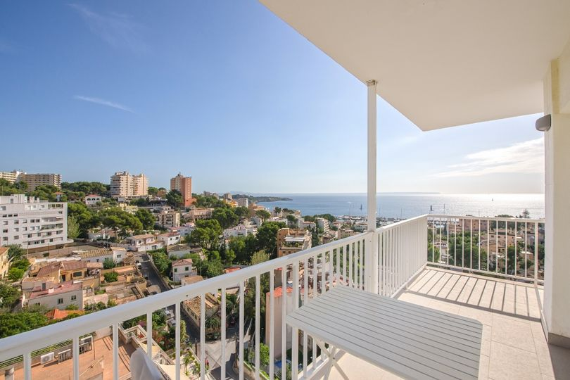 This penthouse with wonderful sea views is located in San Augustín, Palma de Mallorca, and has been completely renovated.    The living area of approx
