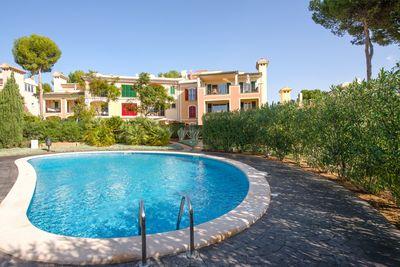 Dieses grose Eckhaus befindet sich in einer beliebten Anlage von Nova Santa Ponsa  in unmittelbarer Nahe zu den beruhmten Port Adriano mit seinem schonen