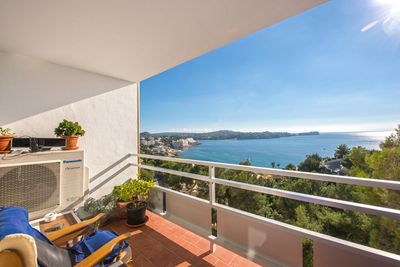 Dieses sudlich ausgerichtete Apartment befindet sich in einer sehr ruhigen Wohngegend und hat einen fantastischen Blick auf das Meer und die umliegende Kuste