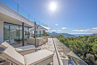 Die moderne Neubauvilla bietet einen traumhaften Meerblick in Kombination mit einer offenen Grundrissgestaltung und modernster Haustechnik