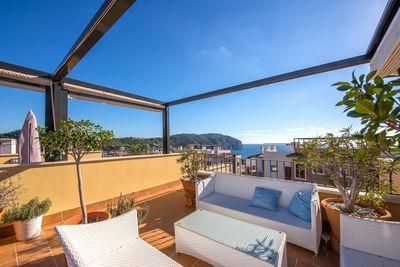 Die hochwertige Immobilie zum Kauf  gelegen am Golfplatz von Camp de Mar  bietet neben einer modernen Ausstattung eine private Dachterrasse mit einem