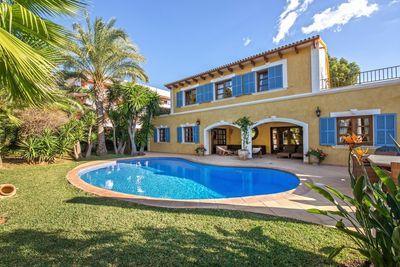 Diese wunderschone mediterrane Villa ist komplett renoviert worden mit hochwertigen Materialien und mit Auge auf´s Detail
