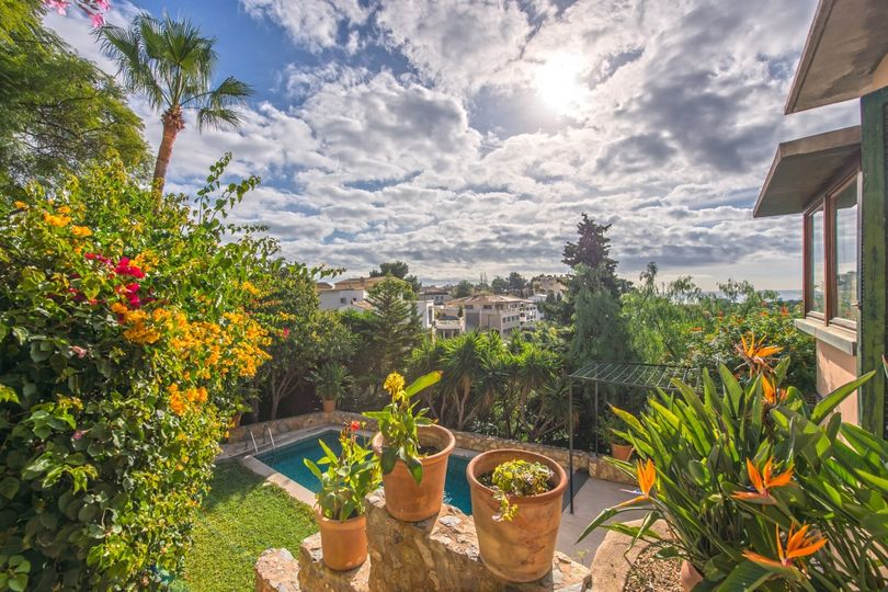 This villa with several sunny terraces, pool and sea views is situated in Génova, Palma de Mallorca. It's a bright house with plenty of large windows
