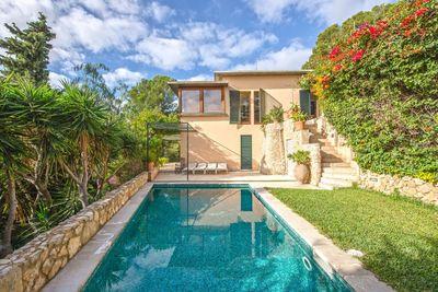 Diese Villa mit sonnigen Terrassen  Pool und Meerblick liegt in Genova  Palma de Mallorca  Es handelt sich um ein helles Haus mit grosen Fenstern