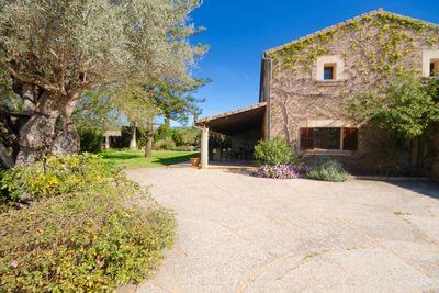Dieses ausergewohnliche Landhaus mit schoner Aussicht liegt am Ortsrand von Santa María del Cami  nur 15 Autominuten von Palma entfernt