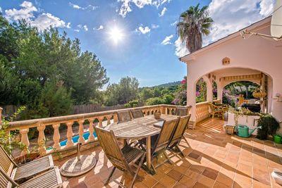 Diese charmante Villa mit Pool zum Kauf in Camp de Mar bietet viel Privatsphare in ruhiger & exklusiver Lage von Camp de Mar