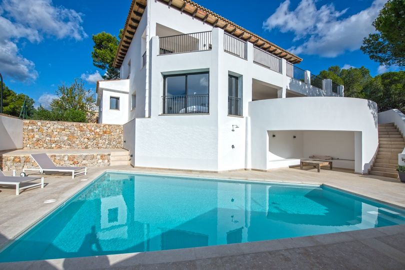 This beautiful villa is located above the village of Peguera, with a fantastic unobstructed view